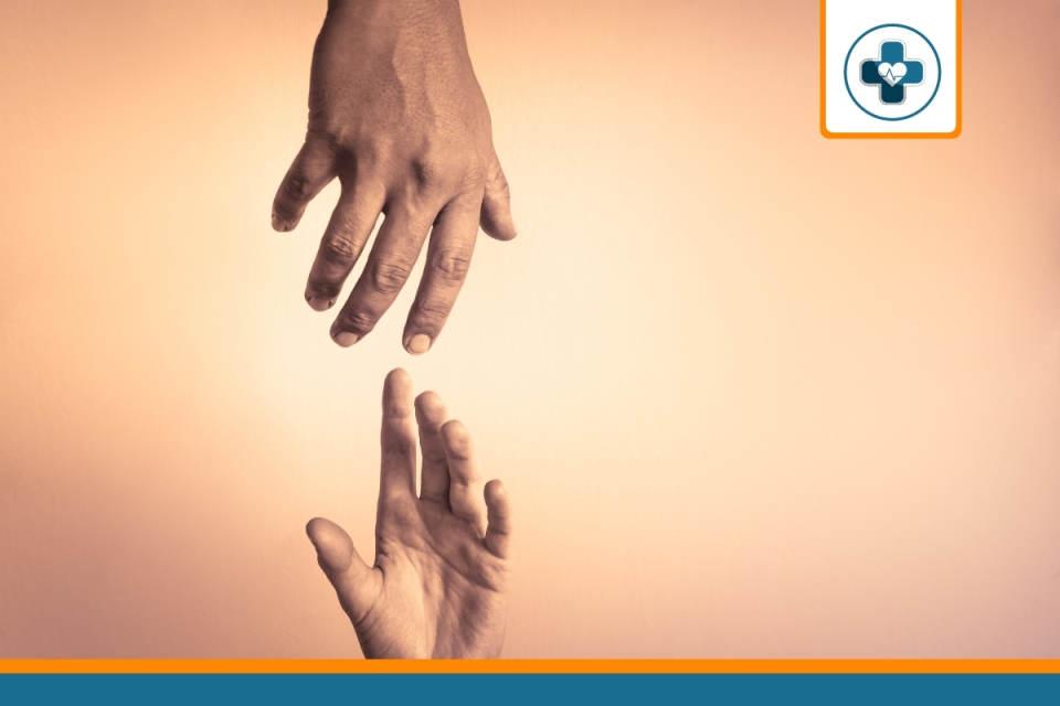 main tendue représentant une aide pour payer sa mutuelle
