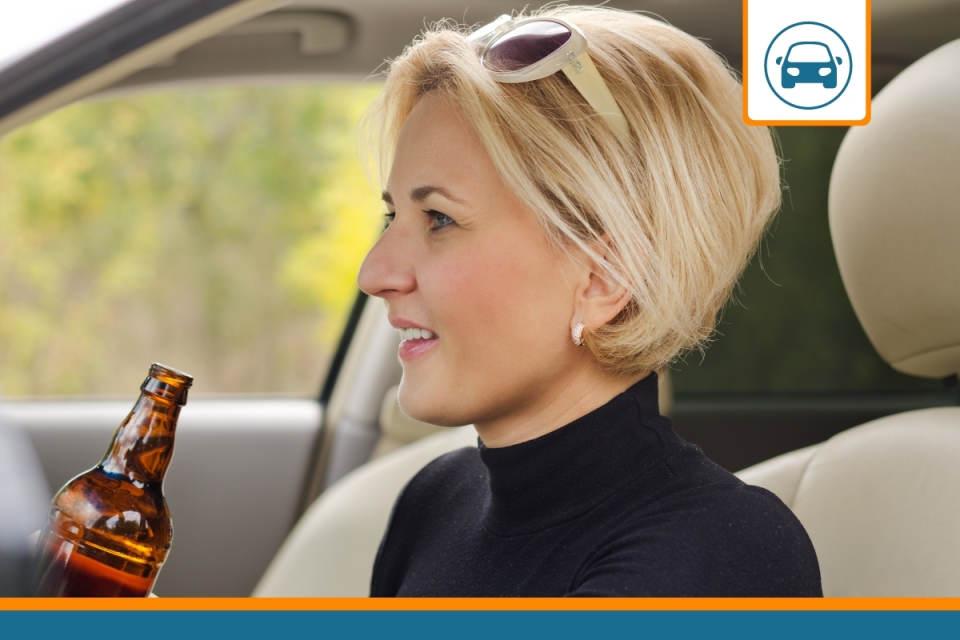assurance auto et alcoolémie: une femme qui boit au volant