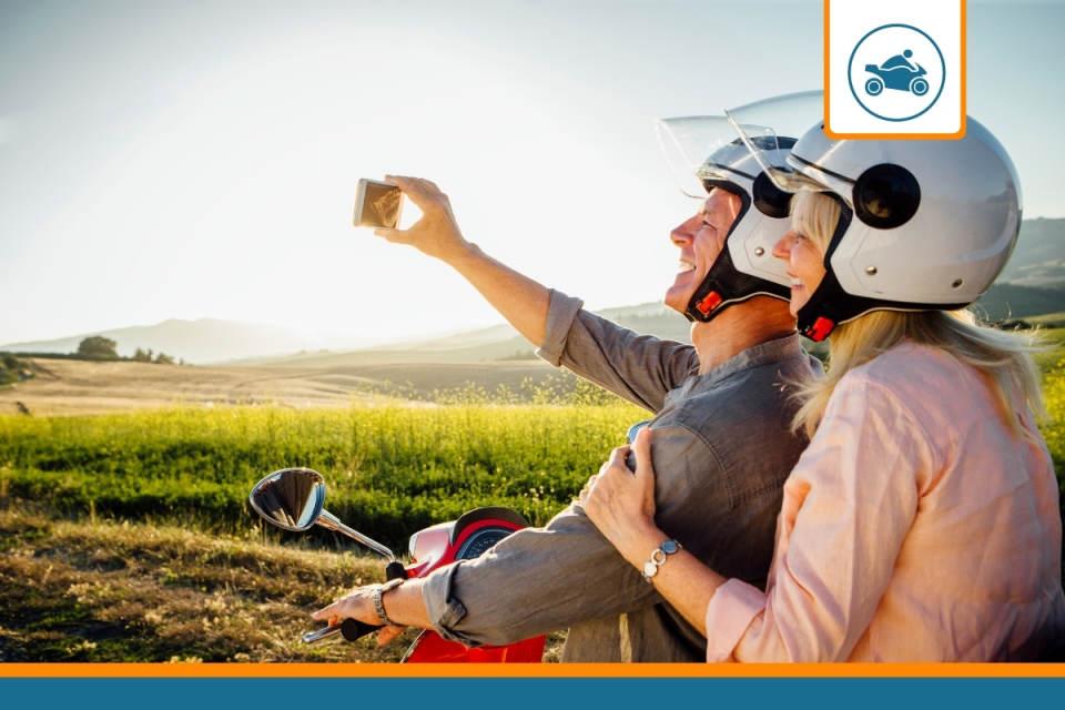 couple sur un cyclomoteur assuré