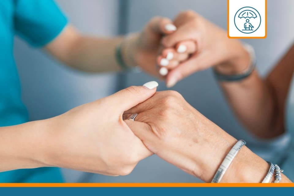 infirmière tenant le mains d'une patiente dépendante