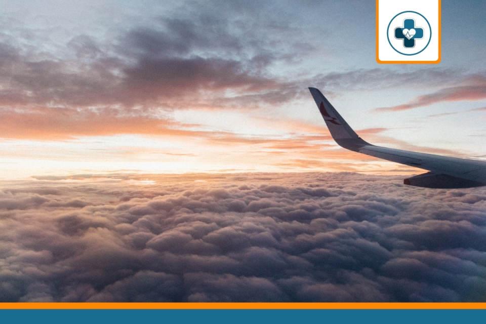 vue d'avion d'un expatrié couvert par une assurance santé à l'étranger