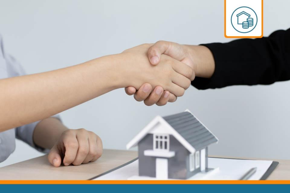 poignée de main entre un courtier en assurance de prêt immobilier et son client