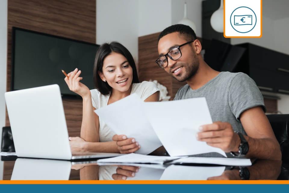 Couple réalisant un rachat de crédits