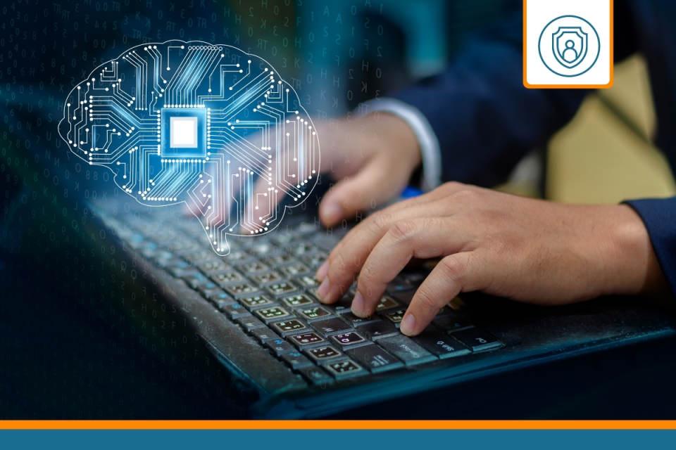 informaticien sur son ordinateur après avoir souscrit une rc pro ssii
