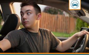 un jeune conducteur à la recherche de sa première assurance auto