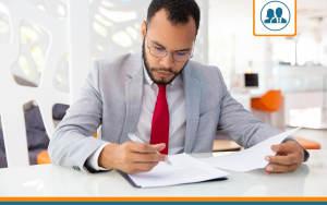 dirigeant qui compare plusieurs devis d'assurance multirisque professionnelle