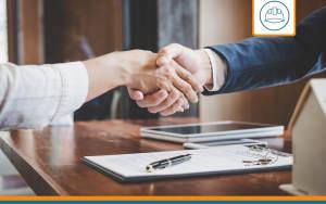 courtier serrant la main d'un client après souscription d'une RC décennale