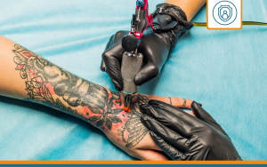 tatoueur entrain d'exercer et ayant une assurance rc pro