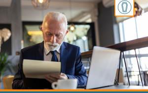 retraité souscrivant une assurance obsèques en ligne